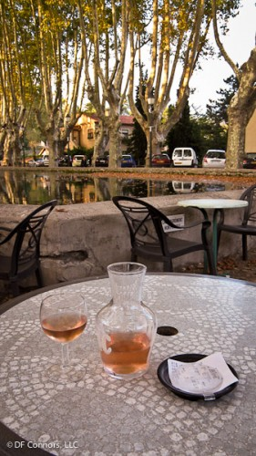 "An apéritif while overlooking the ""etang"" in the center of Cucuron"